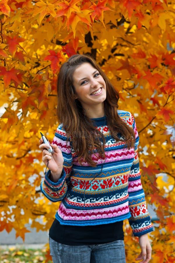 Het meisje van de tiener met mp3 speler stock fotografie