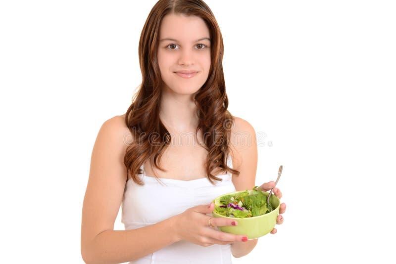 Het meisje van de tiener met tuin verse salade stock fotografie