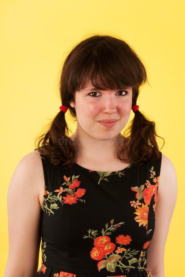 Het meisje van de tiener op geel stock afbeelding