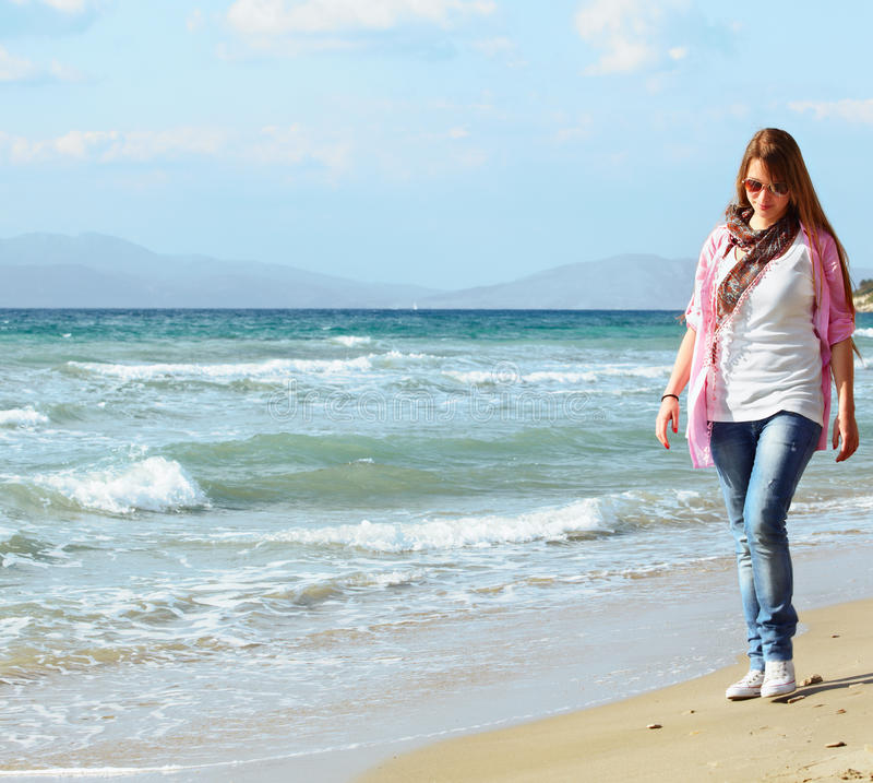 Het meisje van de tiener op het strand royalty-vrije stock foto's