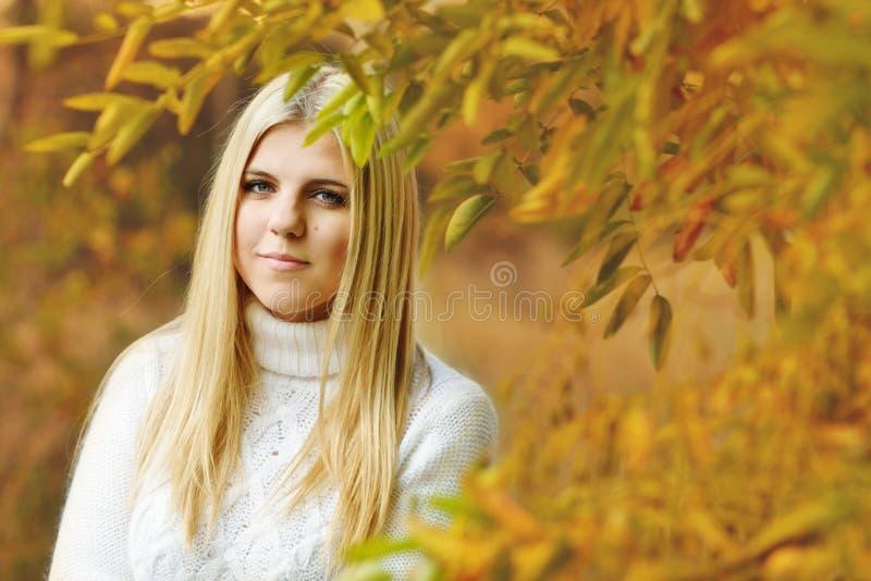 Het Meisje van de tiener in openlucht stock foto