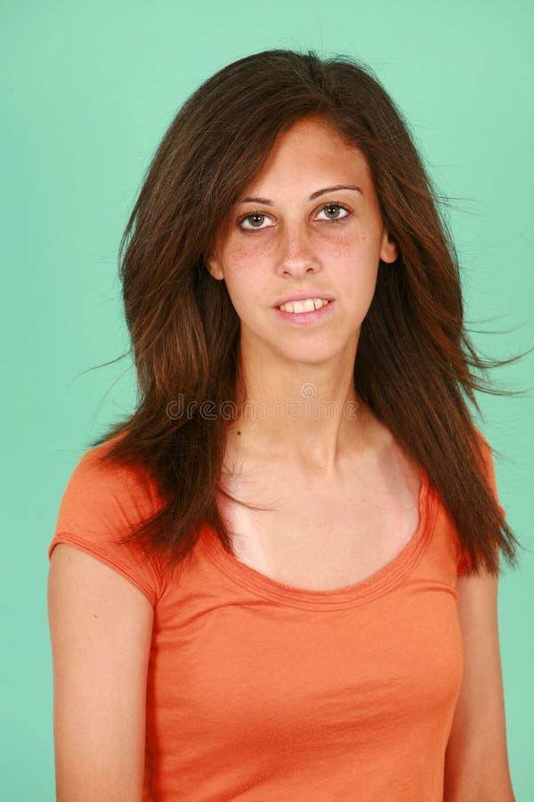 Het meisje van de tiener in oranje overhemd royalty-vrije stock foto