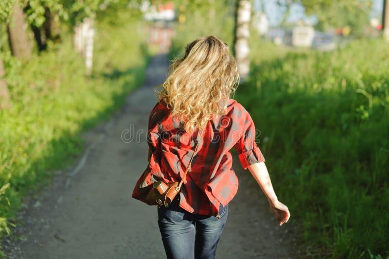 Het meisje van de tiener in rood overhemd royalty-vrije stock foto