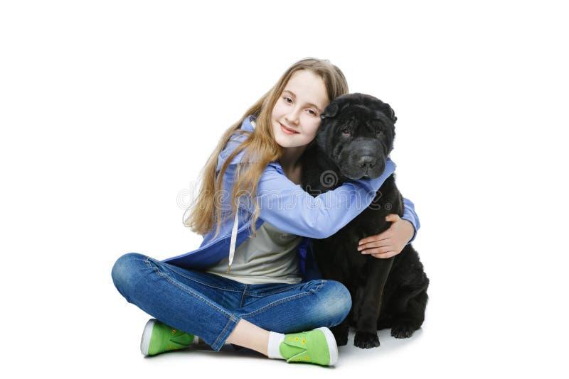 Het meisje van de tienerleeftijd met hond stock foto's