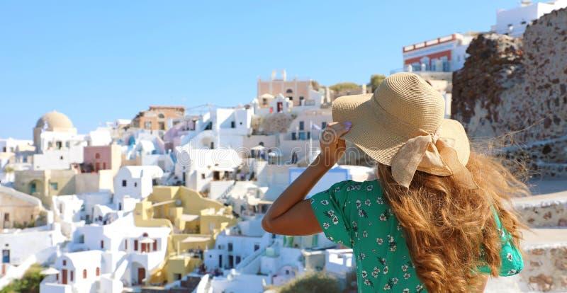Het meisje van de toeristenreiziger in Oia, Santorini-eiland in Griekenland Van de de reiszomer van Europa de vakantievrouw die h stock afbeeldingen