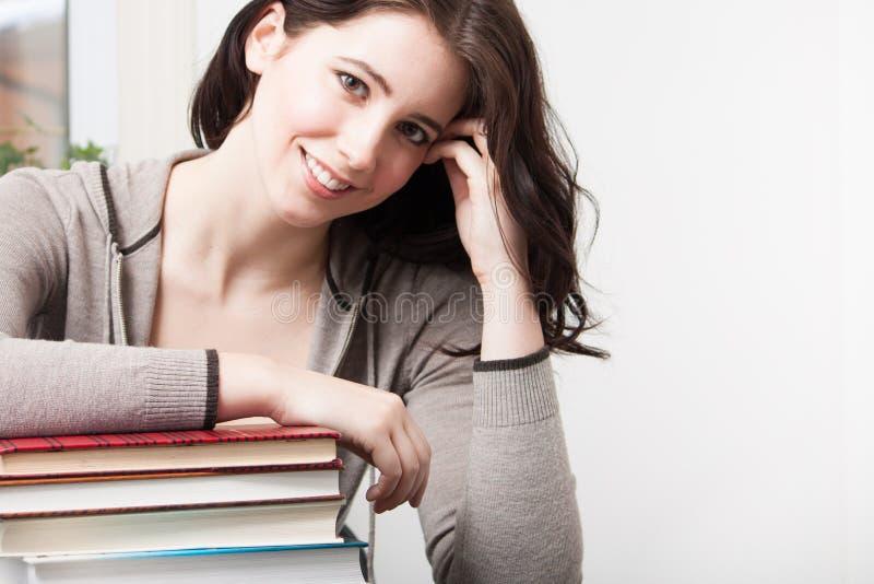 Het meisje van de universiteit met boeken royalty-vrije stock fotografie