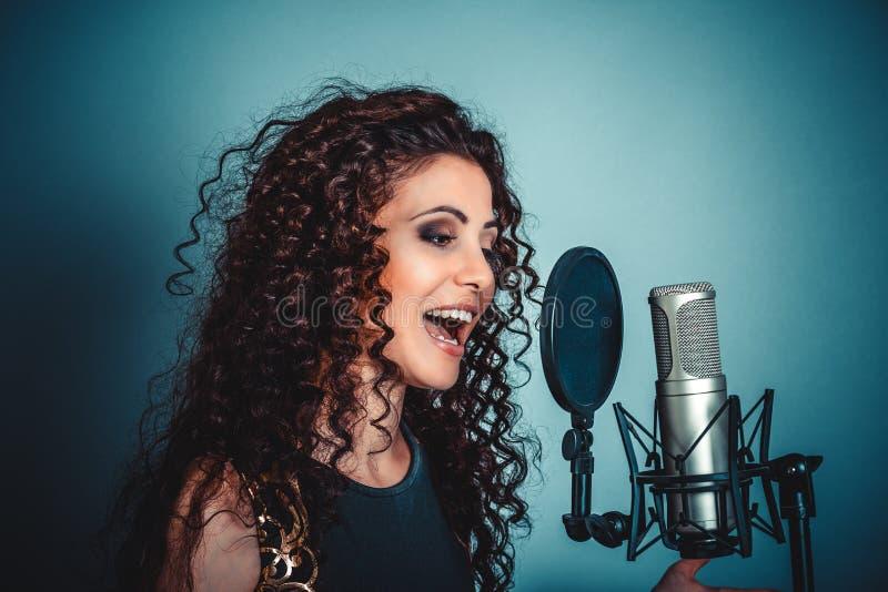 Het meisje van de vrouwendame het zingen karaoke met microfoon royalty-vrije stock afbeelding