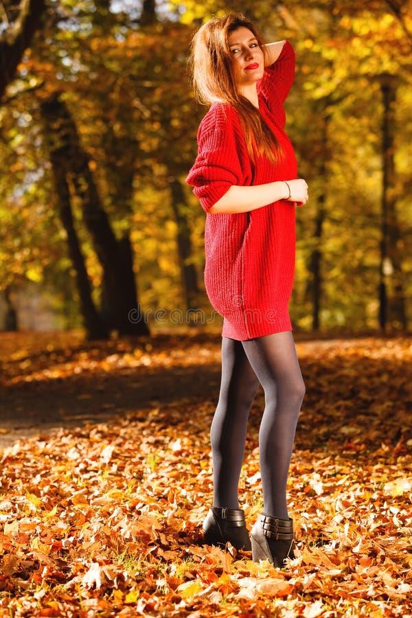 Het meisje van de vrouwenmanier ontspannen die in herfstpark loopt, openlucht royalty-vrije stock foto's