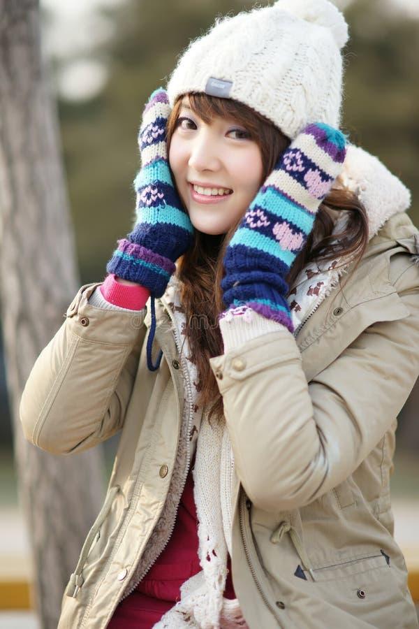 Het meisje van de winter in het park royalty-vrije stock afbeeldingen