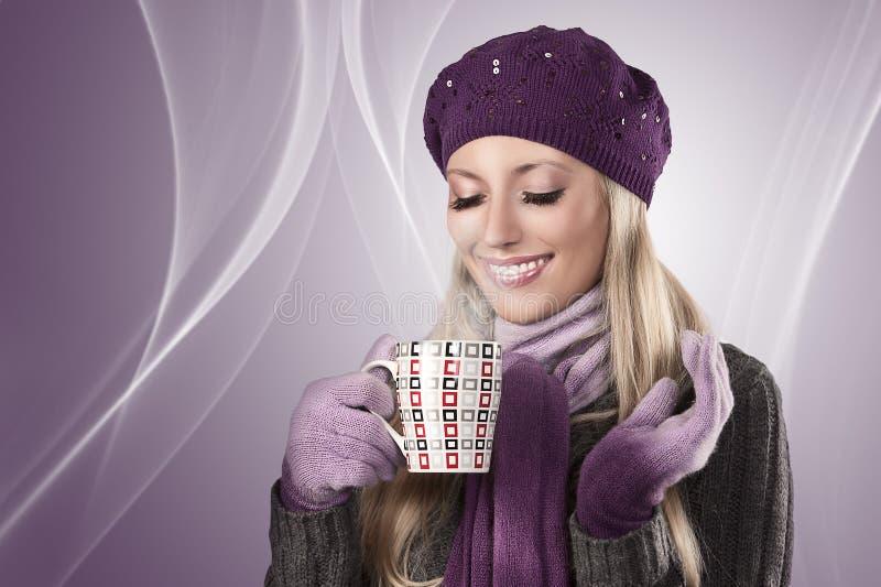 Het meisje van de winter met een hete kop thee royalty-vrije stock fotografie