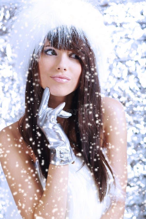 Het meisje van de winter op zilveren achtergrond stock foto's