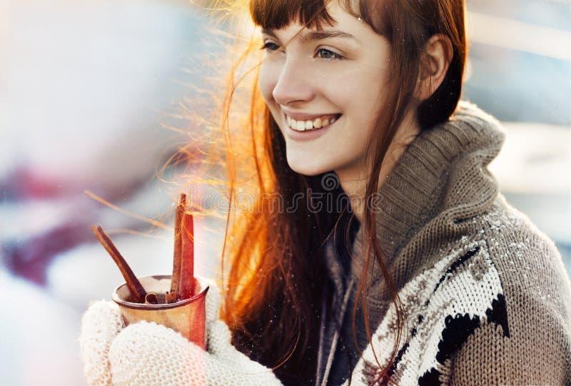 Het meisje van de winterkerstmis met hete drank royalty-vrije stock fotografie