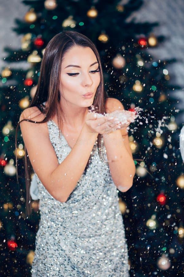 Het Meisje van de winterkerstmis Mooie vrouwen blazende sneeuw royalty-vrije stock afbeeldingen