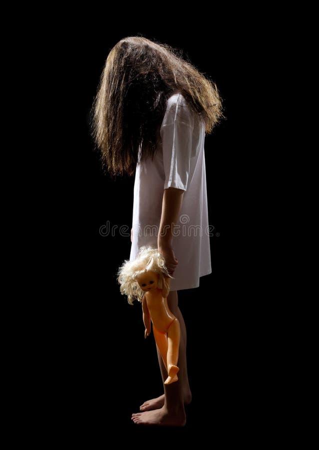 Het meisje van de zombie met plastic pop royalty-vrije stock foto