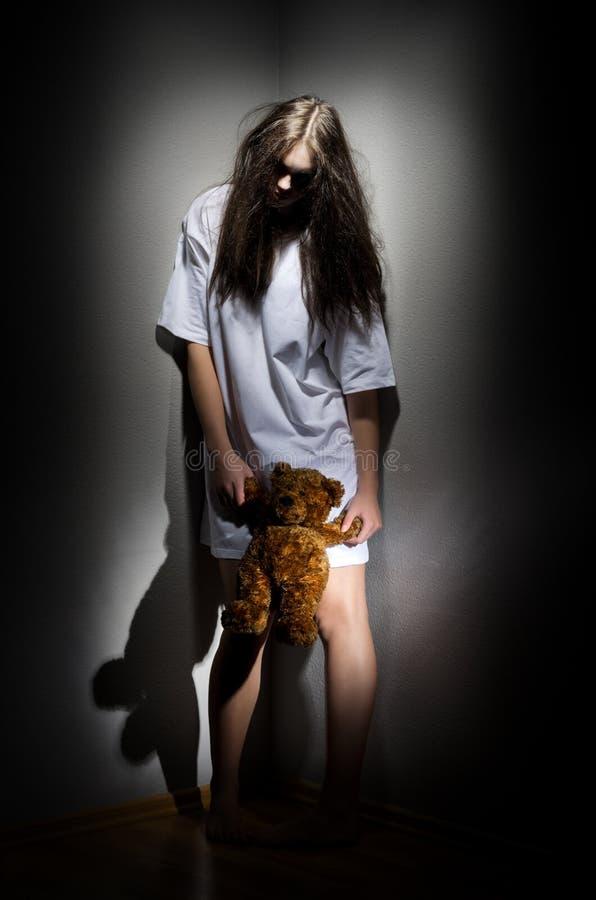 Het meisje van de zombie met teddybeer stock afbeelding