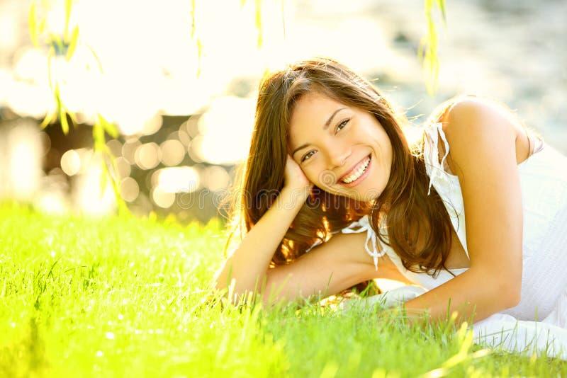 Het meisje van de zomer in gras royalty-vrije stock afbeelding