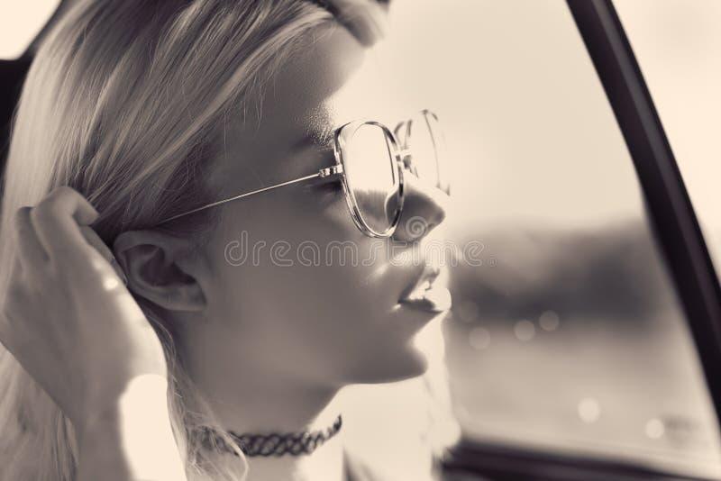 Het meisje van de zomerdroefheid royalty-vrije stock afbeeldingen
