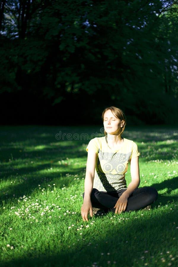 Het meisje van de zonsondergang stock fotografie