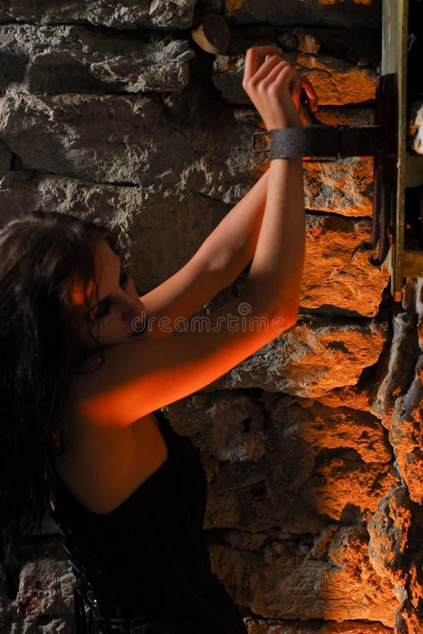 Het meisje van Goth dat met riemen wordt gebonden stock afbeeldingen