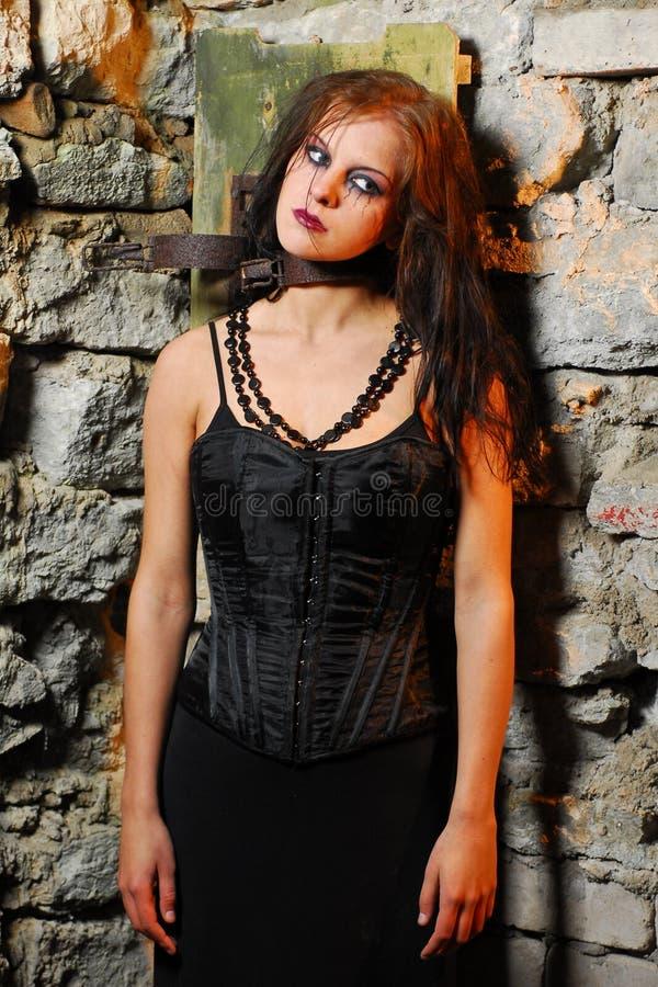 Het meisje van Goth in de kerker royalty-vrije stock foto's