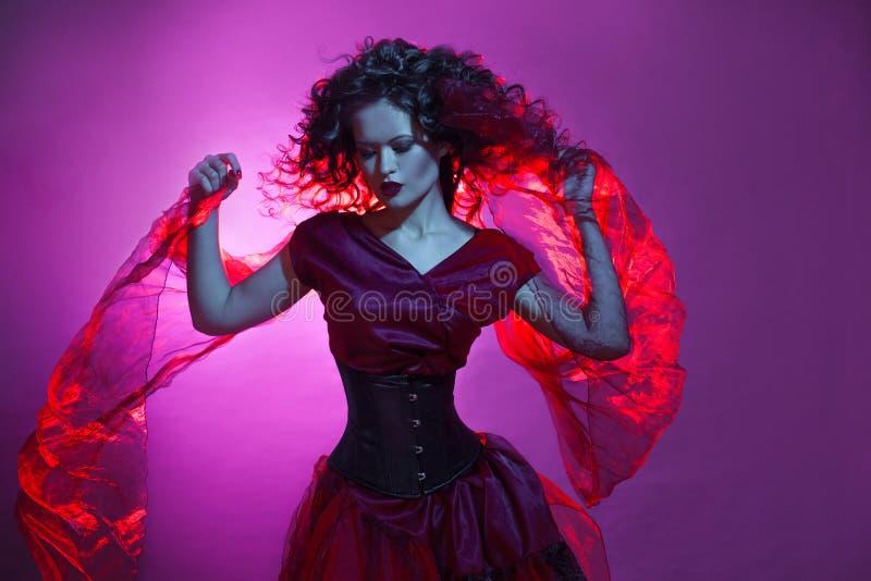 Het meisje van Goth Vrouw in het rode dansen royalty-vrije stock foto