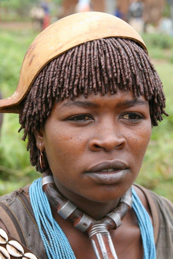 Het meisje van Hamer van Turmi met een pompoenhoed, Ethiopië stock afbeelding