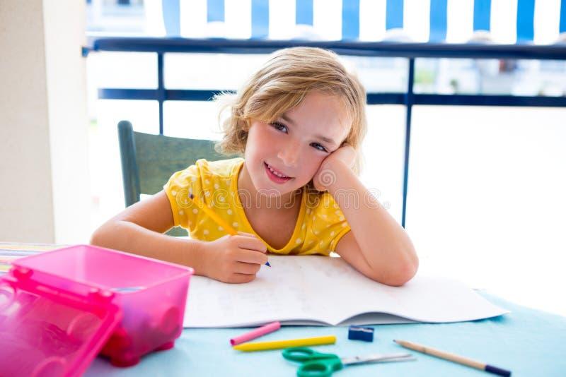 Het meisje van het de studentenjonge geitje van het kind het gelukkige glimlachen met thuiswerk royalty-vrije stock foto
