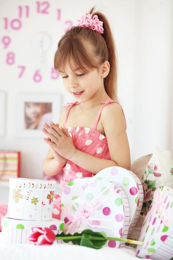 Het meisje van het jonge geitje met giftdozen stock foto's