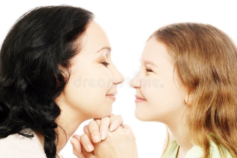 Het meisje van het kind met moeder het spelen stock afbeeldingen