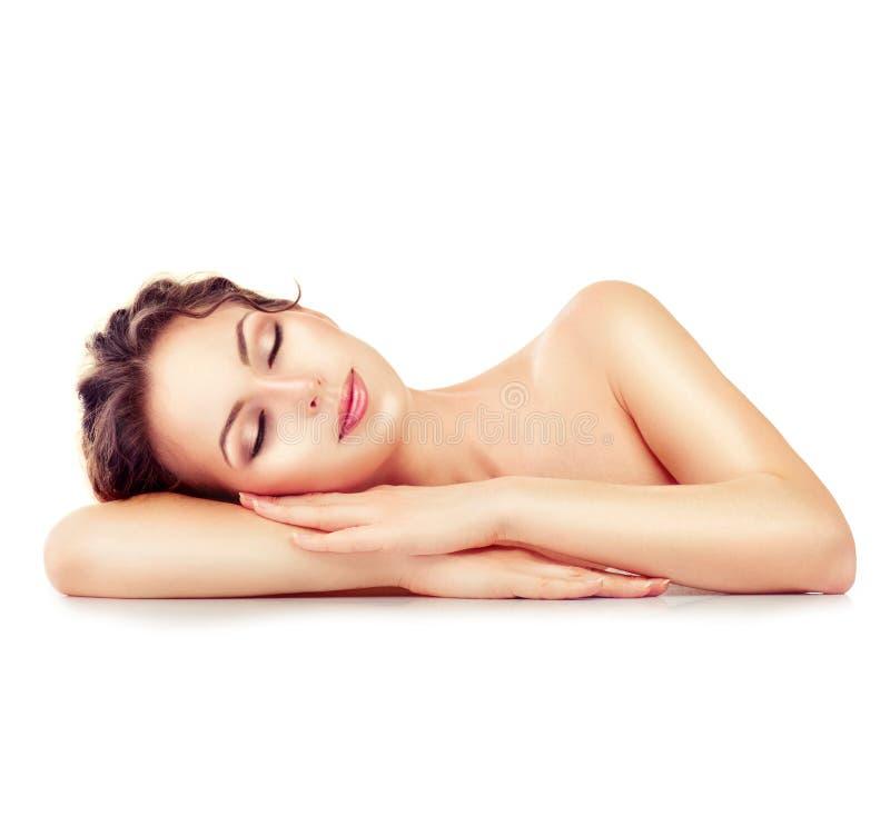 Het Meisje van het kuuroord Slaap of rustend die wijfje op wit wordt geïsoleerd stock foto