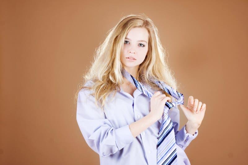 Het meisje van het overhemd en van de band royalty-vrije stock afbeelding