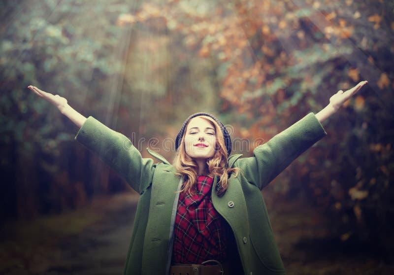 Het meisje van het stijlroodharige bij mooie de herfststeeg. stock afbeeldingen