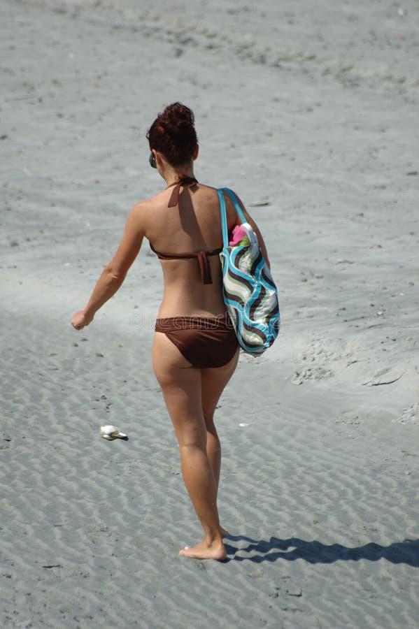 Het meisje van het strand het lopen stock afbeeldingen
