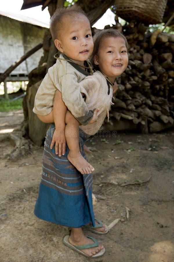 Het meisje van Hmong met broer, Laos royalty-vrije stock afbeeldingen