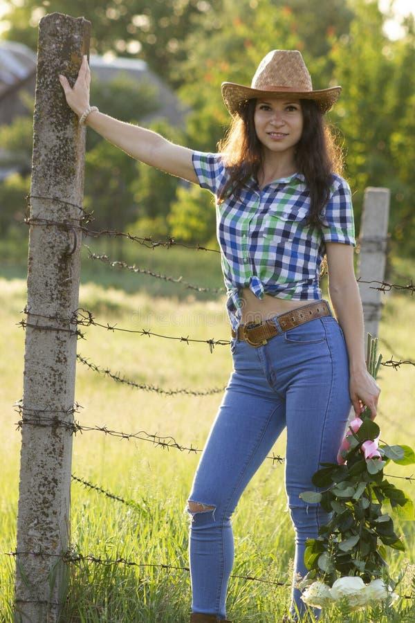 Het meisje van het land met bloemen royalty-vrije stock afbeeldingen