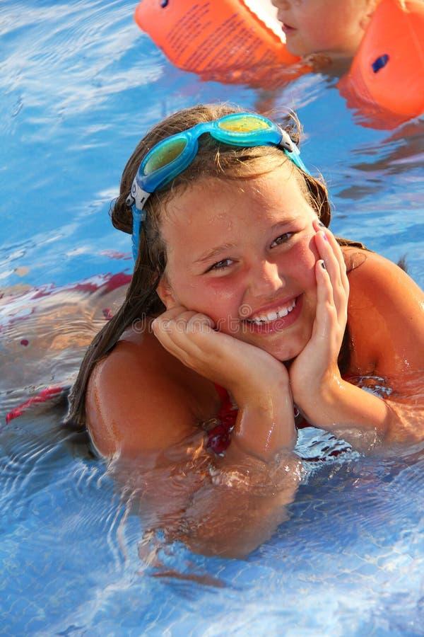 Het Meisje van Lillte in de pool royalty-vrije stock foto's
