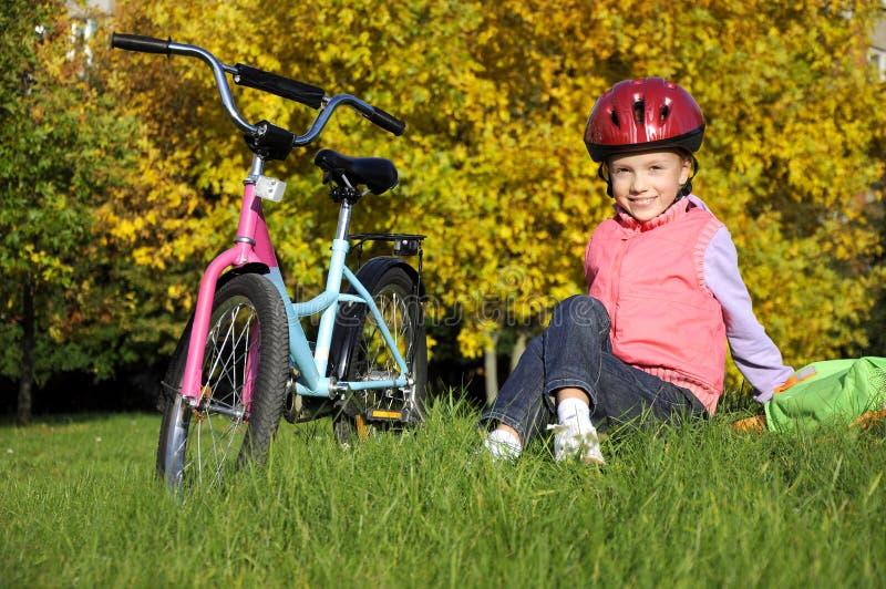 Het meisje van LiLttle met een fiets stock afbeeldingen