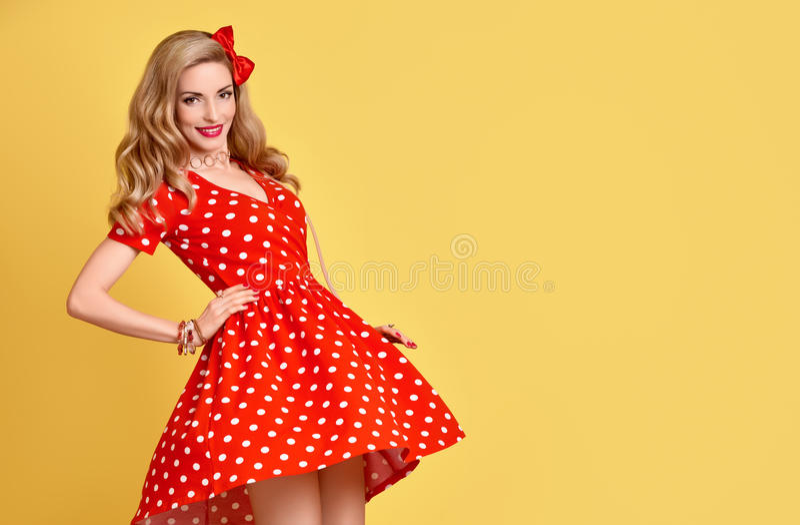 Het Meisje van manierpinup in Rode Polka Dots Dress wijnoogst royalty-vrije stock afbeeldingen