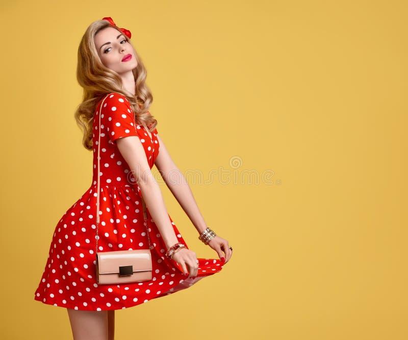 Het Meisje van manierpinup in Rode Polka Dots Dress wijnoogst stock afbeeldingen