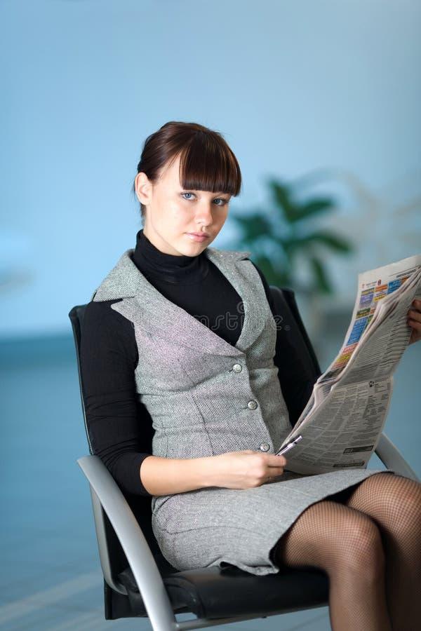 Het meisje van Nice met krant stock afbeeldingen