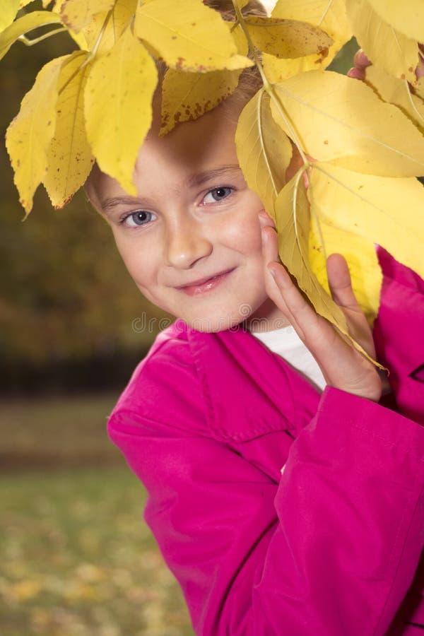 Het meisje van Nice openlucht bij de herfst royalty-vrije stock afbeeldingen