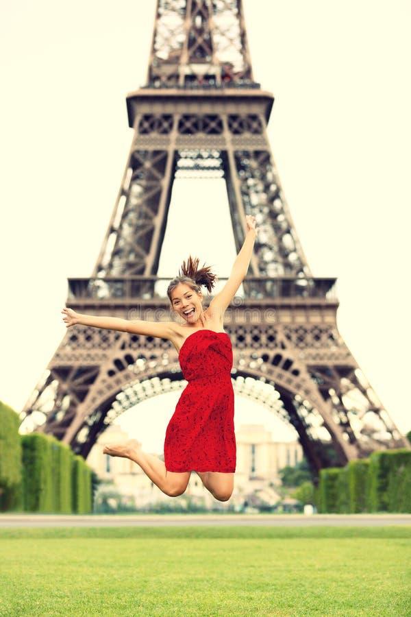 Het meisje van Parijs bij de Toren van Eiffel stock afbeelding