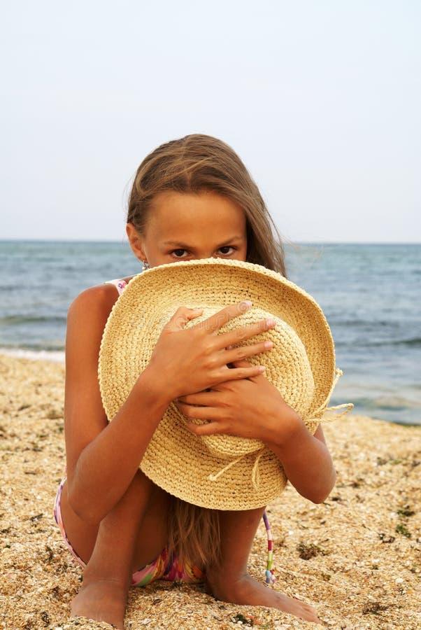 Het meisje van Preteen op overzees strand royalty-vrije stock afbeelding
