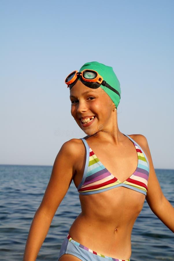 Het meisje van Preteen op overzees strand royalty-vrije stock afbeeldingen