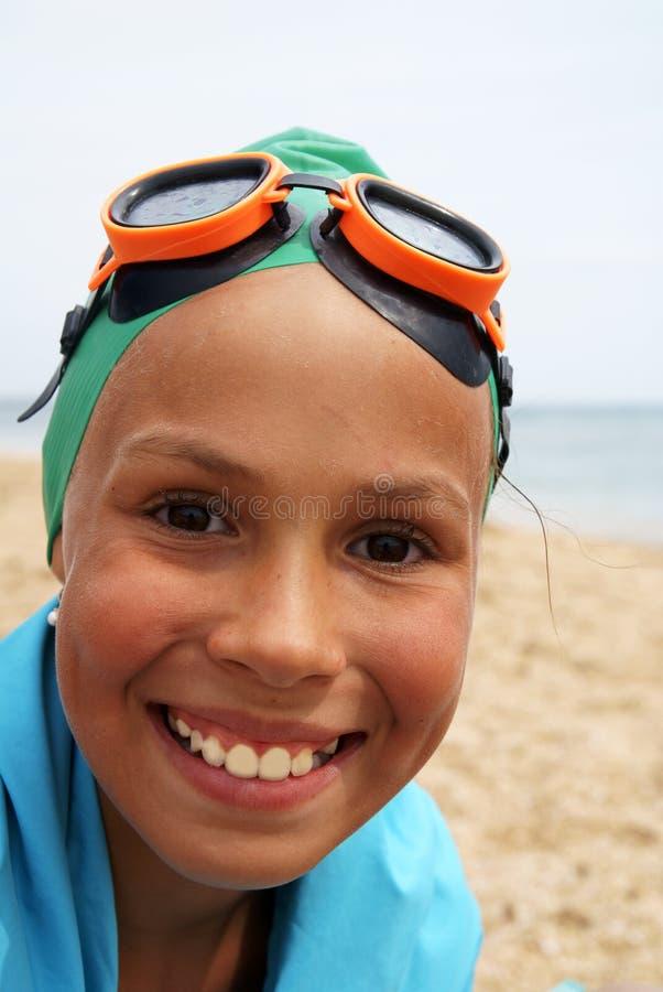 Het meisje van Preteen op overzees strand stock foto's