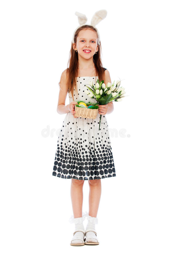 Het meisje van Smiley met tulpen en paaseieren stock foto