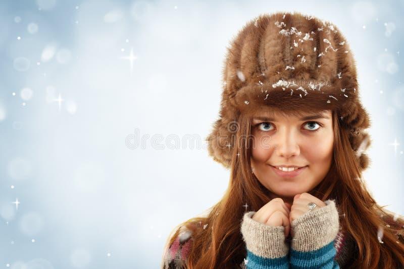 Het meisje van Teennager op de winter blauwe achtergrond stock afbeelding