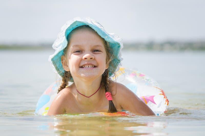 Het meisje van vier jaar baadt in de rivier royalty-vrije stock afbeeldingen