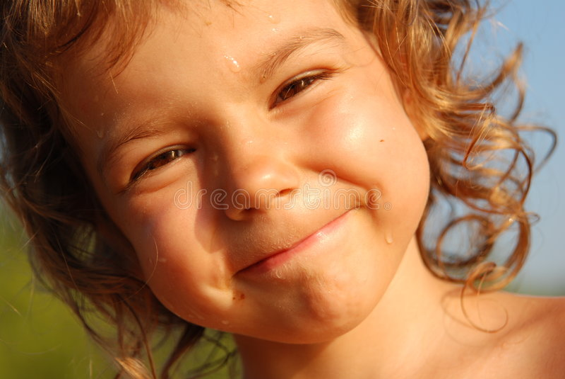 Het meisje van vier jaar met dalingen op gezicht stock afbeeldingen