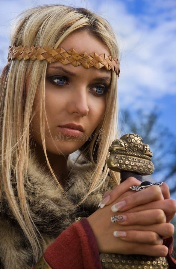 Het meisje van Viking op een blauwe hemelachtergrond royalty-vrije stock fotografie